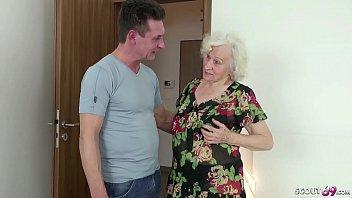 Pfleger Erwischt Oma Beim Wichsen Und Hilft Ihr Mit Fick - German Granny