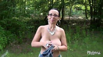 Tara une mature qui aime baiser dans la nature porno izle