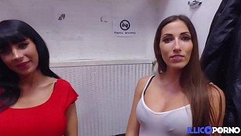 Cléa et Valentina, deux copines sexy, s'essayent aux jeux lesbiens