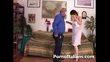 Amatoriale italiano - scopata sul divano tra coppia trasgressiva - Italian  wife