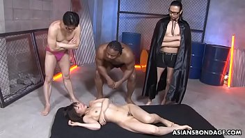 Shiori Natsumi is screaming during an interracial gangbang with friends