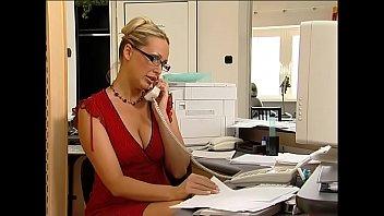 Die neue Kollegin im Büro gefickt