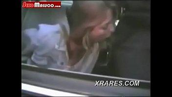 Chupando o policial para não ser presa
