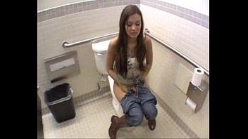 Mocinha encontra homem no banheiro e veja o que aconteceu - www.arquivogls.com