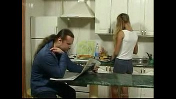 La figlia britannica seduce il padre in cucina per il sesso