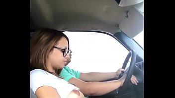 Cogiendo con el Marido de mi Hermana mientras el va Conduciendo en Carretera