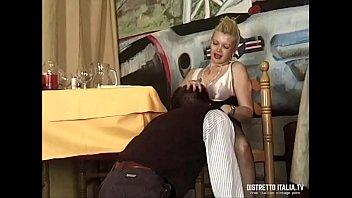 Mentre il marito è al bagno la troia della moglie si fa inculare dal cameriere