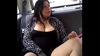 Vagina calientes - Se puso caliente en el carro alexxxa milf y se sacó las tetas y la panocha