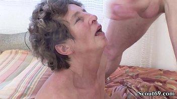73 Jahre alte Oma Moni wird von Jungspund in Arsch anal ass