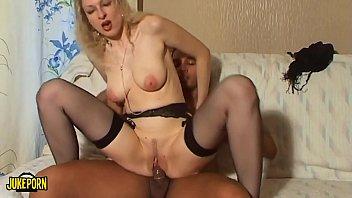 Mulher greluda cavalgando no caralho