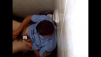 Policia de Córdoba (arg) pajeandose mientras mira porno (3)