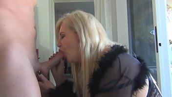 Starejša odrasla ženska fuka z mladim fantom