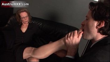 Mature feet rub - Nasty mature slut gets her feet sucked