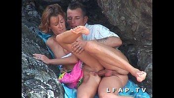 Seance اللواط بين الصخور لهذا الزوج ناضجة ناضجة libertine