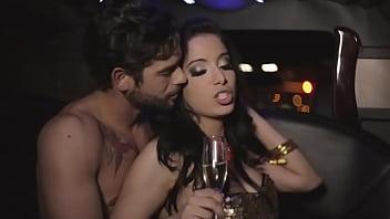 Anitta mostra os peitos no clipe
