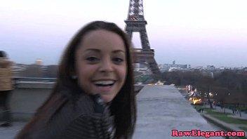 Punca pobrana na ulici pariza si želi preiskusiti velikega kurca