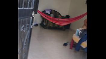 Espiando a mi vecina de habitación tiene su concha peludita