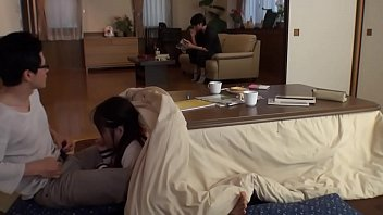 Japoneses follan debajo del kotatsu