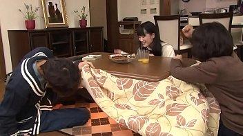 Japoneses follan debajo del kotatsu thumbnail