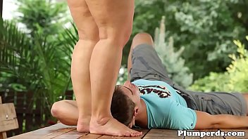 Thick cougar facesitting outdoors before oral