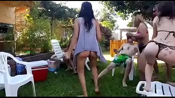 Jovenes argentinos se divierten en fiesta con putas