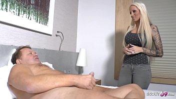 Diva blonda accepta sa faca sex cu un barbat pentru bani