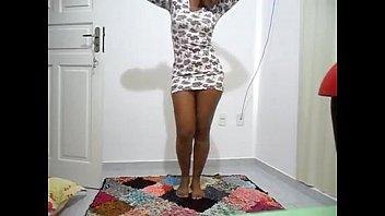 gata dançando kizomba saia branca