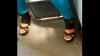 2 - hermosa chica del metro en zapatillas exhibiendo super escote