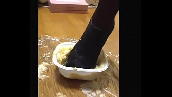 【fetish】Bowl of rice topped with chicken and eggs crush Heels