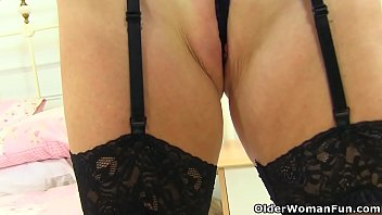 English gilf Sapphire Louise seduces you with her old fanny