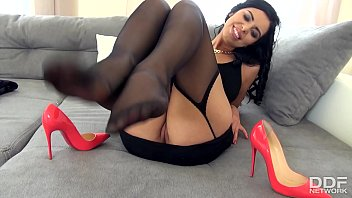 Which pornstar gives the best footjobs - The sensual kira queen gives a perfect footjob in stockings
