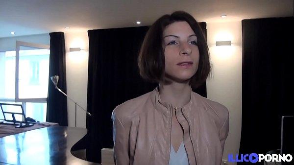 Sandrine, guide touristique fait visiter son cul