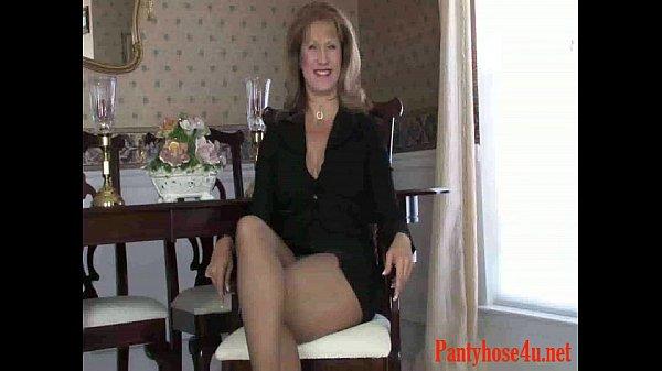 Самая красивая девушка раздвигает ноги голая