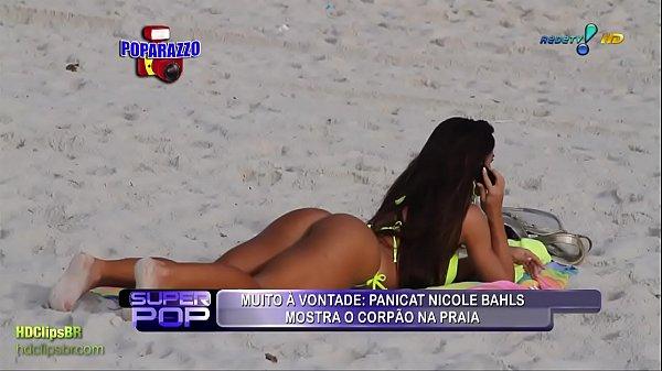 Nicole Bahls de biquini fluorescente na praia -...