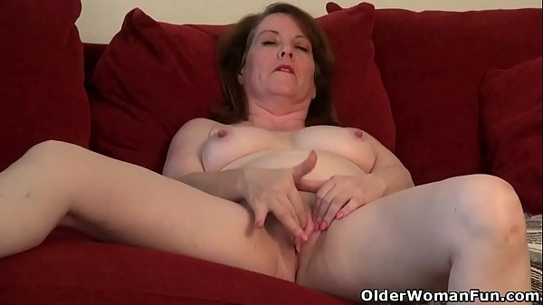 American milf Brie gets herself in the mood Thumb