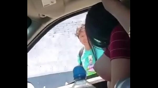 Mostrou as tetonas para um zé mane na rua