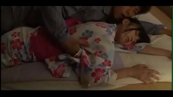 寝ている浴衣姿の妹に興奮したお兄ちゃんが和室で夜這いしちゃう近親相姦エッチ XVIDEOS