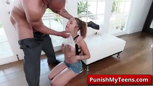 Adolescente en la mansion de un desconocido mamando XXX