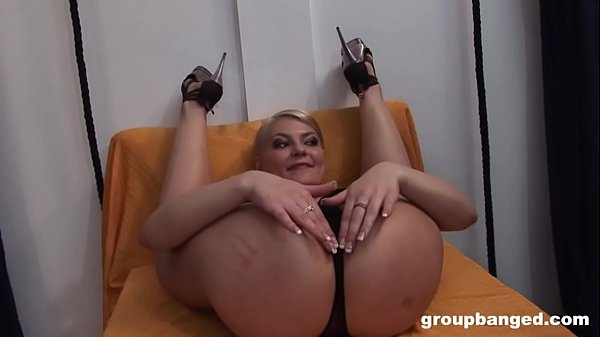 Flexible MILF takes care of the Gang Thumb