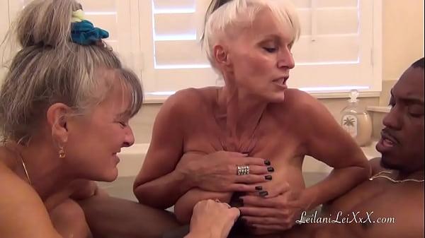 סרטי סקס BBC BATHTIME WITH TWO STUNNING MILFS