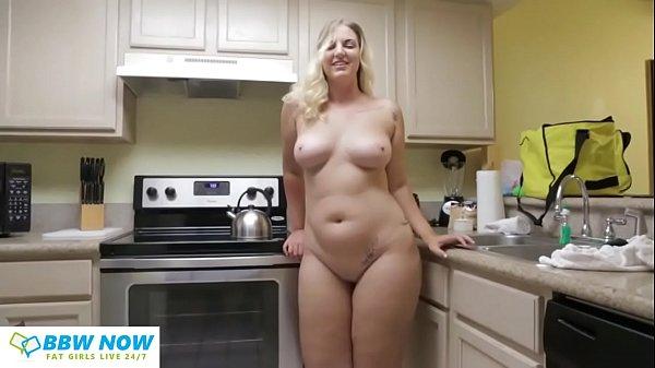 Szexi duci szőke csaj a konyhában huncutkodik