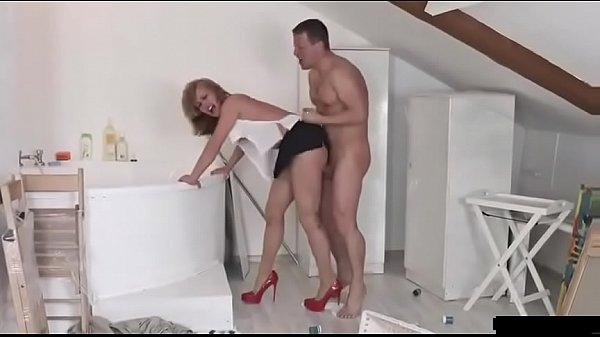 Порно онлайн сосет у волосатого