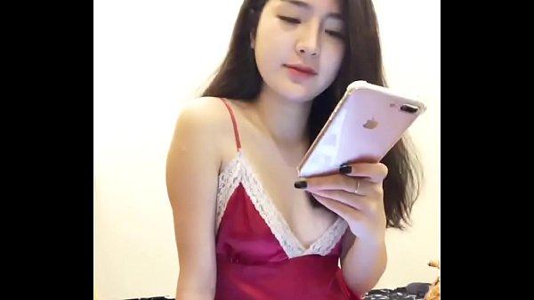 gai-xinh-an-mac-goi-duc-live-stream-ban-hang