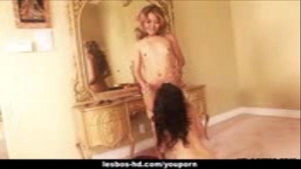 Две молодие девушки балуются страпоном