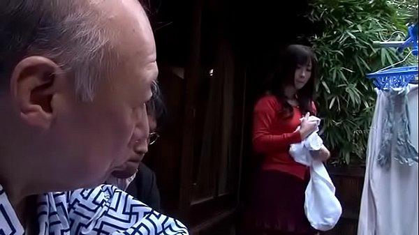 Con dâu lén lút vụng trộm với bố chồng ngay cạnh chồng