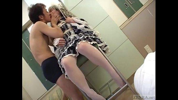 Мужчина держит голую женщину за волосы
