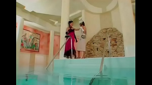 Лесбийский секс в воде