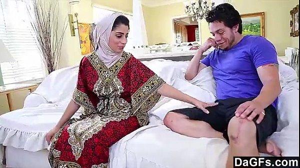 video-molodaya-arabka-ebetsya-eblya-sekretarsh