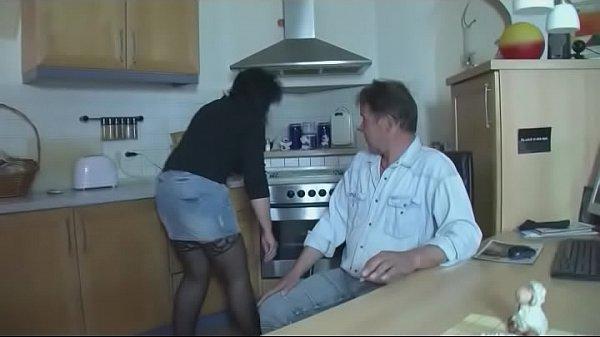 Anstatt Essen zu kochen kann sie am Schwanz lut...