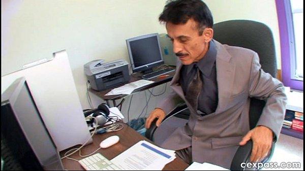 Начальница поймала секретаршу за мастурбацией